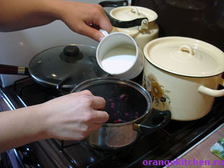 Ягодный кисель в процессе приготовления