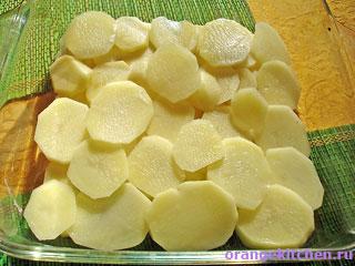 Начало приготовления картофельной запеканки с грибами