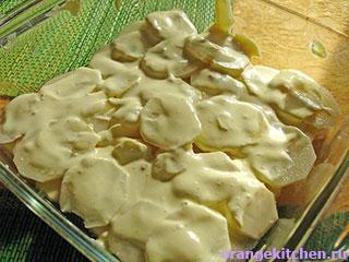 Первый слой картофельной запеканки с грибами