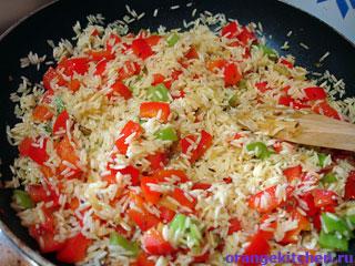 Жарим рис для плова с нутом и овощами