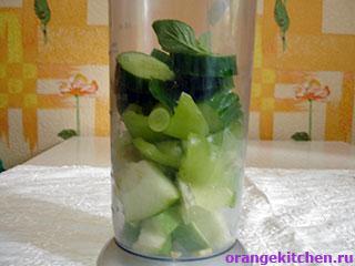 Нарезанные овощи для зеленого гаспачо