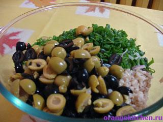 Оливки и маслины для итальянского салата с перловкой