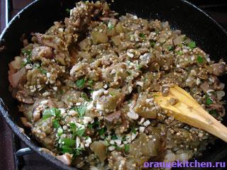 Вегетарианский жульен из баклажанов на сковородке