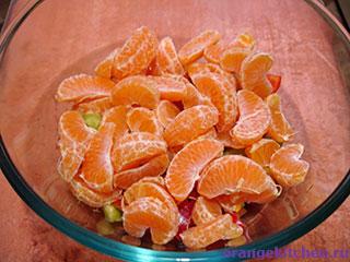 Вегетарианский салат с мандаринами в процессе приготовления