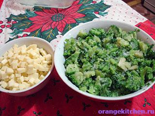 Сыр и овощи для вегетарианской запеканки с брокколи