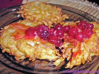 Вегетарианские рецепты с фото: картофельные драники с клюквенным соусом