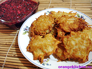 Готовые картофельные драники с соусом