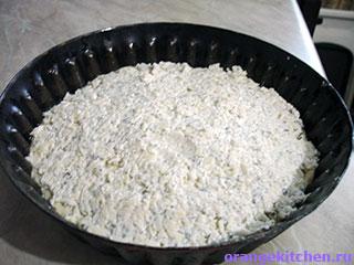 Сырный пирог без яиц в процессе приготовления