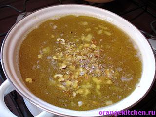 Постный суп с чечевицей и лапшой в процессе приготовления