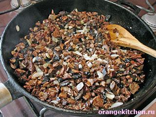 Грибной соус в процессе приготовления