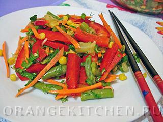 Вегетарианский салат с кукурузой и ананасами