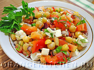 Вегетарианский салат с нутом и брынзой