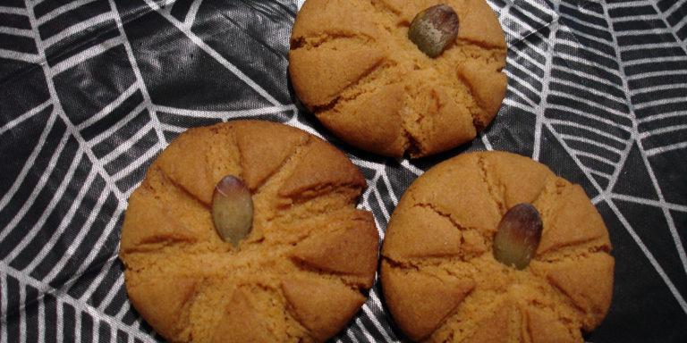 Песочное печенье из кукурузной муки в виде тыквы