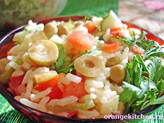 Вегетарианский салат с рисом и овощами