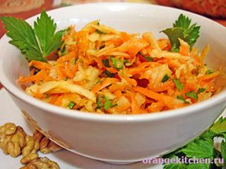 Cыроедческий салат из осенних овощей и фруктов