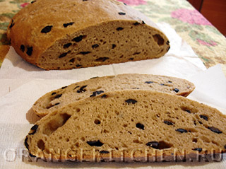 Постный хлеб с ячменной мукой, маслинами и цикорием