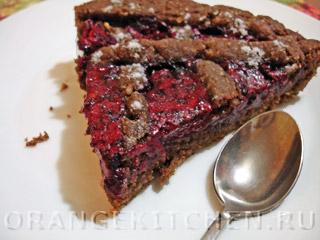 Шоколадный пирог без яиц с бананом и ягодами