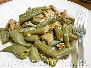 Вегетарианское блюдо из стручковой фасоли с грибами