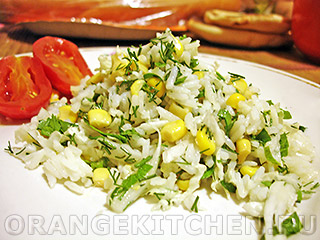 Рисовый салат с кукурузой и зеленью