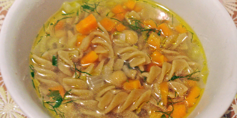 Вегетарианский суп с нутом и спиральками